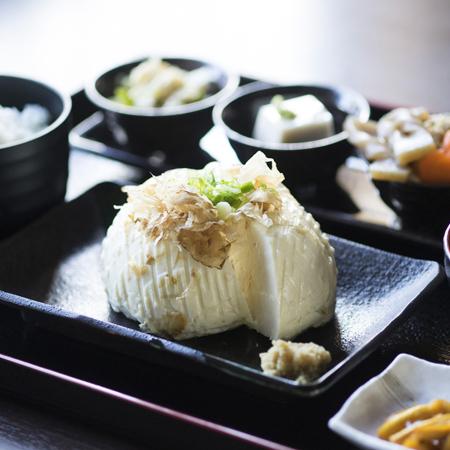 「日本の豆腐って美味しい!」外国人観光客が驚く豆腐が吉野山に