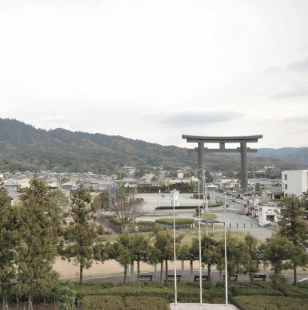 The giant torii gate serves as a landmark. Visitors worship the sprit body of Mount Miwa far away.